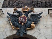 El águila imperial doble-dirigida sobre las puertas en el Peter y Fotografía de archivo