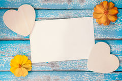 El álbum en blanco del marco de la foto adorna con forma de la flor y del corazón Fotos de archivo
