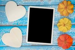 El álbum en blanco del marco de la foto adorna con forma de la flor y del corazón Foto de archivo