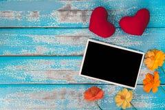 El álbum en blanco del marco de la foto adorna con forma de la flor y del corazón Fotos de archivo libres de regalías