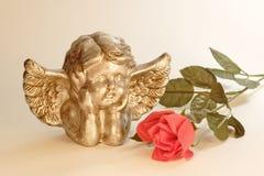 El ángel con se levantó Fotos de archivo
