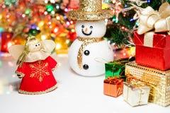 El ángel de la caja de regalo y la Navidad del muñeco de nieve juegan la decoración o Año Nuevo Foto de archivo