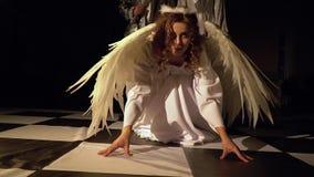 El ángel pelirrojo se arrodilla, y después se levanta y da vuelta al rey ligero Competencia viva del ajedrez almacen de metraje de vídeo