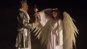 El ángel toma el cetro del rey brillante y los perfora con los zombis Competencia viva del ajedrez almacen de video