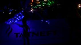 El ángulo bajo de la cámara lenta tiró a bailarines de la muchacha para realizarse en la ceremonia almacen de metraje de vídeo