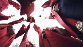 El ángulo bajo tiró de los estudiantes de graduación de las muchachas y de los individuos que lanzaban a mortero-tableros en el c metrajes