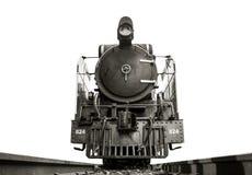 El ángulo bajo tiró el frente de la locomotora de vapor el Pacífico en las pistas imagenes de archivo