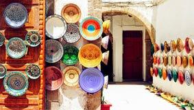 El árabe tradicional handcrafted, las placas adornadas coloridas tiradas en el mercado en Marrakesh Foto de archivo libre de regalías