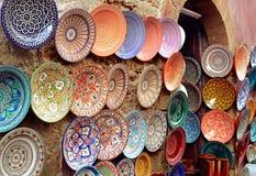 El árabe tradicional handcrafted, las placas adornadas tiró en el mercado Imagenes de archivo