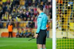 El árbitro auxiliar de la caja en el partido de semifinal de la liga del Europa entre el Villarreal CF y Liverpool FC Imagen de archivo libre de regalías