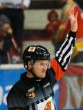 El árbitro de Ockey soporta su brazo en el partido del hockey sobre hielo en hockeyallsvenskan entre SSK y MODO Imagen de archivo libre de regalías
