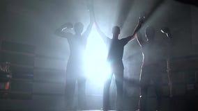 El árbitro en kickboxing anuncia resultado de un drenaje Humo Luz de detrás Silueta almacen de metraje de vídeo