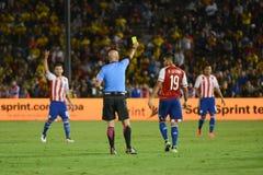 El árbitro Heber Lopes muestra la tarjeta amarilla para Dario Lezcano Foto de archivo libre de regalías