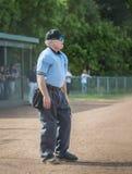 El árbitro mira el juego en ourtifield foto de archivo