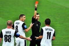 El árbitro muestra una tarjeta roja al jugador Imagen de archivo libre de regalías