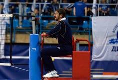El árbitro se sienta en una silla Fotos de archivo