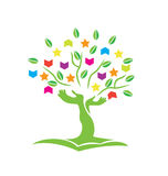 El árbol con las manos reserva y protagoniza el logotipo Fotos de archivo