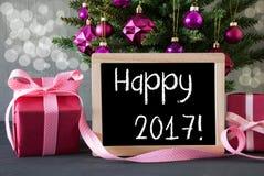 El árbol con los regalos, Bokeh, manda un SMS a 2017 feliz Imagenes de archivo