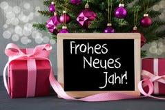 El árbol con los regalos, Bokeh, texto Neues Jahr significa Año Nuevo Foto de archivo libre de regalías