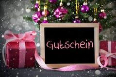 El árbol con los regalos, copos de nieve, Bokeh, Gutschein significa el vale Imagenes de archivo