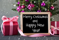 El árbol con los regalos, copos de nieve, manda un SMS a Feliz Año Nuevo de la Feliz Navidad Imagenes de archivo