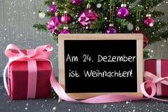 El árbol con los regalos, copos de nieve, Weihnachten significa la Navidad Foto de archivo libre de regalías