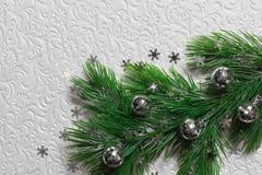 El árbol de abeto con la Navidad juega en el fondo blanco Imagen de archivo libre de regalías