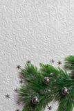 El árbol de abeto con la Navidad juega en el fondo blanco Fotografía de archivo libre de regalías