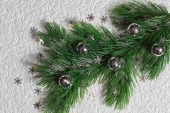 El árbol de abeto con la Navidad juega en el fondo blanco Fotos de archivo