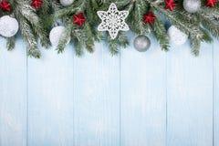 El árbol de abeto de la Navidad adornó bolas y las estrellas Imagenes de archivo