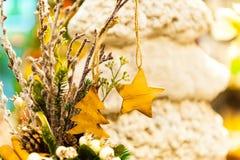 El árbol de abeto de la Navidad juega la vieja ejecución de madera de la estrella en las velas ardientes de la rama, cajas, bolas Fotografía de archivo libre de regalías