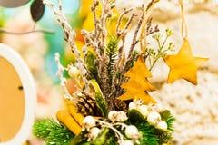 El árbol de abeto de la Navidad juega la vieja ejecución de madera de la estrella en las velas ardientes de la rama, cajas, bolas Fotos de archivo libres de regalías