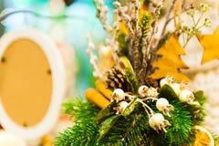 El árbol de abeto de la Navidad juega la vieja ejecución de madera de la estrella en las velas ardientes de la rama, cajas, bolas Imágenes de archivo libres de regalías