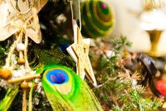 El árbol de abeto de la Navidad juega la vieja ejecución de madera en las velas ardientes de la rama, cajas, bolas, conos del pin Imágenes de archivo libres de regalías