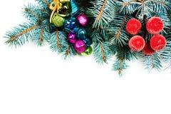 El árbol de abeto de la Navidad con la decoración y la copia espacian, aislado en w Foto de archivo