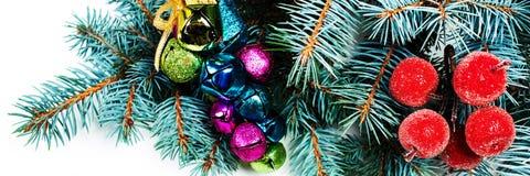 El árbol de abeto de la Navidad con la decoración y la copia espacian, aislado en w Fotos de archivo