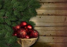 El árbol de abeto de la Navidad con las bolas rojas en vintage sube Imagen de archivo