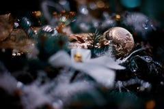El árbol de las decoraciones del Año Nuevo de los hristmas del  de Ñ juega foto de archivo libre de regalías