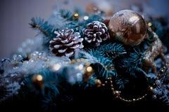 El árbol de las decoraciones del Año Nuevo de los hristmas del  de Ñ juega imagen de archivo libre de regalías