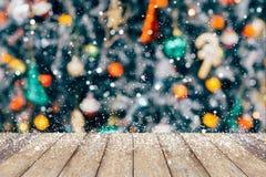 El árbol de navidad adornó el fondo abstracto de la nieve de la falta de definición Imágenes de archivo libres de regalías