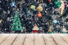 El árbol de navidad adornó el fondo abstracto de la nieve de la falta de definición con madera Imagenes de archivo