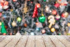 El árbol de navidad adornó el fondo abstracto de la nieve de la falta de definición con madera Foto de archivo libre de regalías