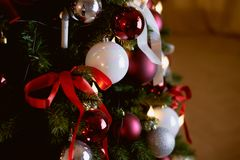 El árbol de navidad adornó los globos blancos y rojos Imagen de archivo libre de regalías