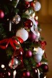 El árbol de navidad adornó los globos blancos y rojos Fotos de archivo