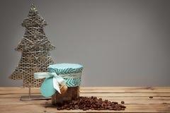 El árbol de navidad adornó los granos del tarro y de café en la madera Fotografía de archivo libre de regalías