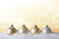 El árbol de navidad adorna el oro de la nieve Fotos de archivo