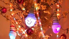El árbol de navidad adorna la ejecución en el árbol, profundidad baja de las flores de la cereza del campo, movimiento de la cáma metrajes