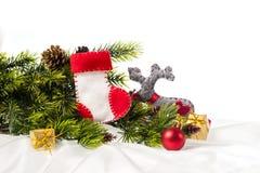 El árbol de navidad adornado adornado con la Navidad patea Papá Noel Imagen de archivo libre de regalías