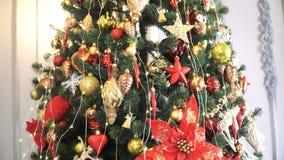 El árbol de navidad adornado con las bolas en chispear se enciende en sitio vídeo 4K almacen de video