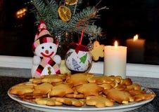 El árbol de navidad adornado con las bolas, galleta del pan de jengibre miente tradicionalmente en una placa, al lado de él coloc imagen de archivo libre de regalías